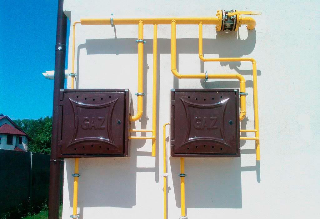 Газовая разводка на стене дома