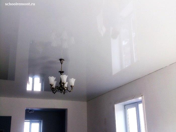 Натяжной потолок с люстрой и швом