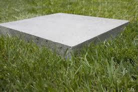 Бетонная плита на траве