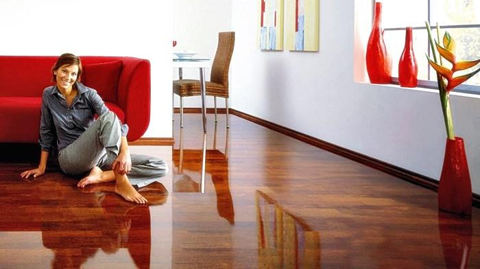 Девушка на полу у дивана
