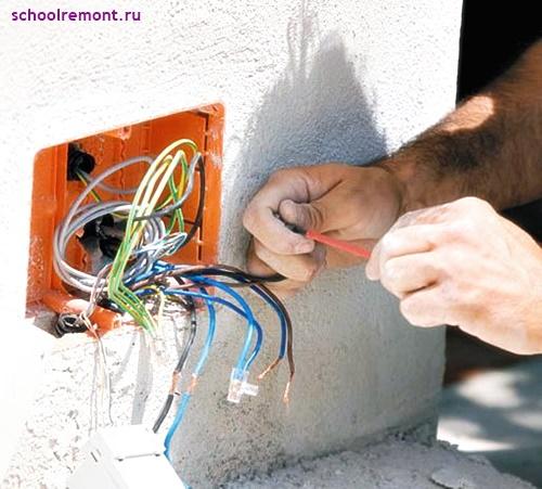 Электрик делает распределительную коробку
