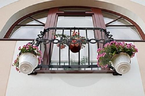 Так выглядит классический кованный французский балкон