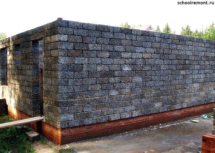 Первый этаж построен из блоков