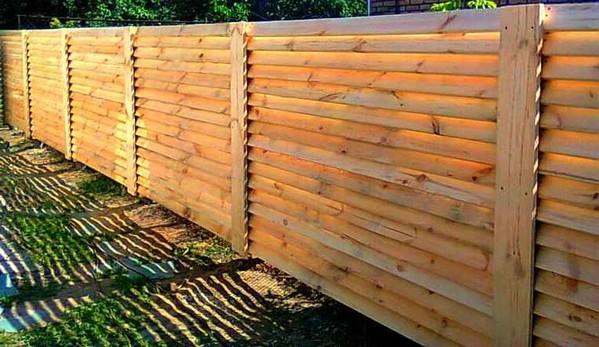 Деревянный забор с продольным штакетником