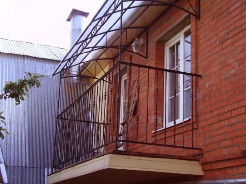 Пример навесной крыши на балконе последнего этажа