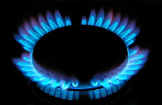 Газовая колонка горит голубым пламенем